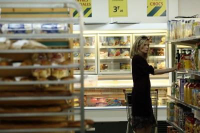 Michelle Pfeiffer dans une épicerie.Ne riez pas c'est une des meilleures scènes du film.