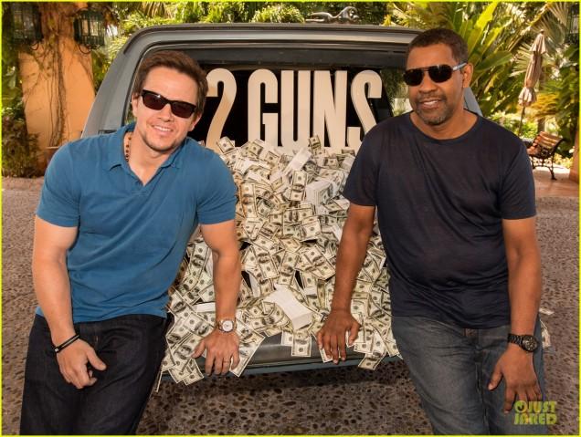 Denzel Washington et Mark Wahlberg pose devant leurs salaires.