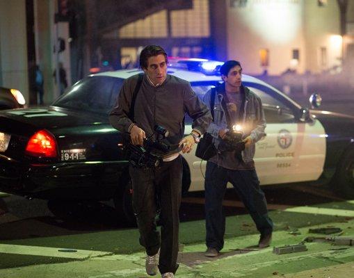Lou Bloom (Jake Gyllenhaal) et Rick (Riz Ahmed) dans le feu de l'action
