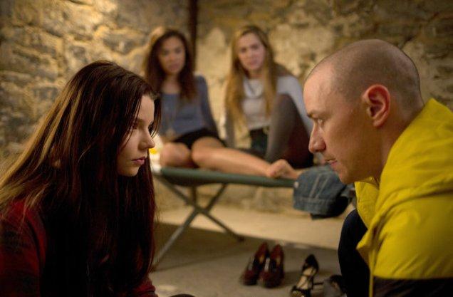 Casey (Anya Taylor-Joy), Marcia (Jessica Sula), Claire (Haley Lu Richardson) et le petit Hedwig 9 ans (James McAvoy)